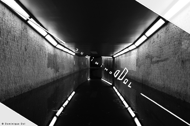 Dominique Dol | Photographe | Art | Officiel | Photographie Documentaire | Artiste | Photographie | Serie F | Photo F 05 | F 5, Lumiere, Neon, Plafond, Mur, Rectangle, Peinture, Eau, Passage, Reflet, Tunnel, Nuit, Reflection | Noir Et Blanc | Photographie F5